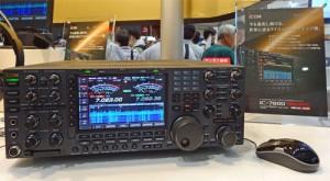 ハムフェア2013のアイコムブースに展示された、IC-7800のバージョンアップ版。ウォーターフォールを表示中