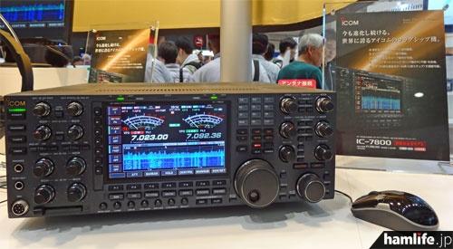 ハムフェア2013のアイコムブースに展示された、IC-7800の新機能追加モデル。ウォーターフォールを表示中