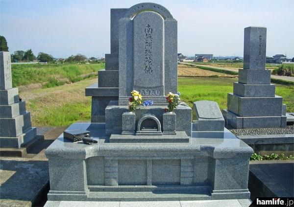 スナダ石材がプロデュースした「ハムのお墓」の全景。アーバングレーとインド黒という石材を使用。ベース部の向かって左側に注目。ここに石材彫刻による無線機とハンドマイクが配置されている