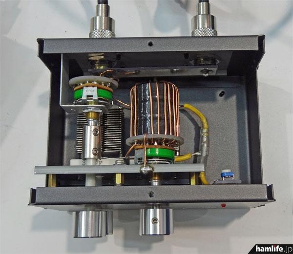 CUBE TUNERの内部。右手前のTunedランプ(LED)基板のみユーザーによる組み込みが必要(ハンダ付け不要)のセミ・キット形式