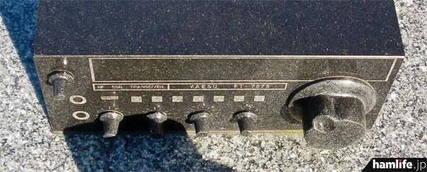 デザインされた無線機は八重洲無線のコンパクトHF機、FT-707Sのようだ。メインダイヤルやツマミ類の特徴もよく表現できている