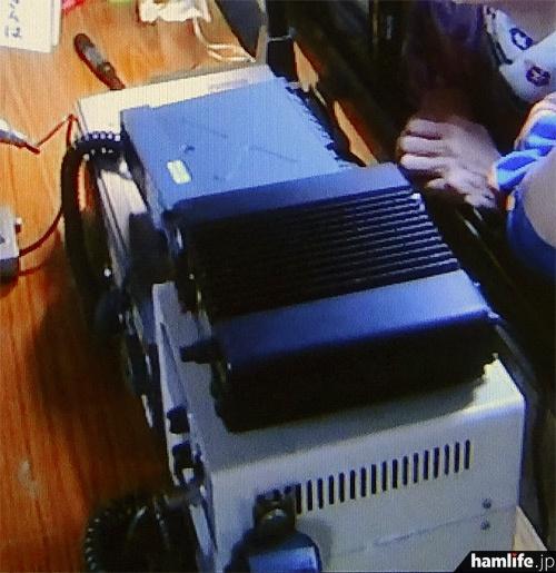 設置されている無線機の上部が鮮明に写った。奥の無線機は上部にX字型の補強があるのがハッキリ見え、NECのMCA無線機・DC6E1B1-3AかDC5E1A2-4Aであることは確定的となった(NHK「あまちゃん」の映像より)
