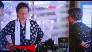 かつ枝(木野 花)と夏ばっぱ(宮本信子)の間に無線機がある(NHK「あまちゃん」の映像から)