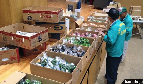 たくさんの地元野菜が「お楽しみ抽選会」の景品に。スタッフは準備に大忙し=9月8日午前、宮城県大崎市