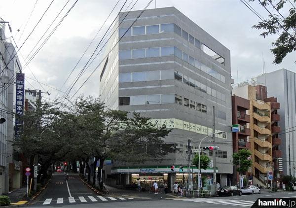 「大塚HTビル」の外観。1階にはコンビニエンスストアのファミリーマートが入居。写真右側がJR大塚駅方向となる