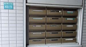 公道上からアクセスできる郵便受けもあった。テナント数以上の数が設置されているので、土休日の転送QSLカード受付も行われるか?