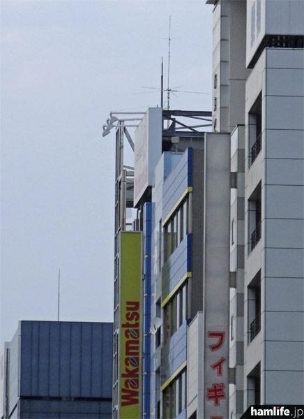 若松通商本店の建物屋上に設置された、8J1AKIBAの無線アンテナ