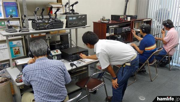 JARL事務局1階のシャックスペースを使用して8J1TKの運用を行う、JARL東京都支部の関係者