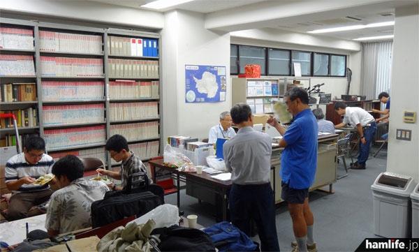 JARL本部事務局1階の資料室には大勢の東京都支部関係者が集まった
