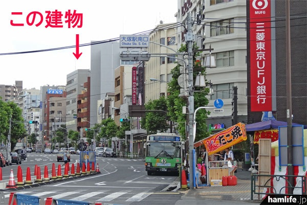 三菱東京UFJ銀行方面に渡り、その横の歩道を直進。目的の建物は見えている