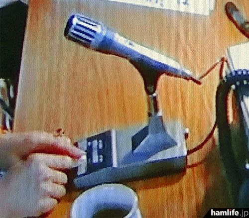 上記の写真をアップ。使用しているスタンドマイクはJVCケンウッドのMC-60と思われる。よく見ると、背面の端子に無線機と接続するケーブルが配線されていないことがわかる(NHK「あまちゃん」の映像より)