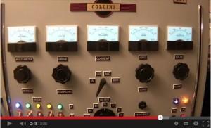 「COLLINS」の銘板の下にはアナログメーターが5つ。ダイヤルやスイッチ類もいっぱいだ