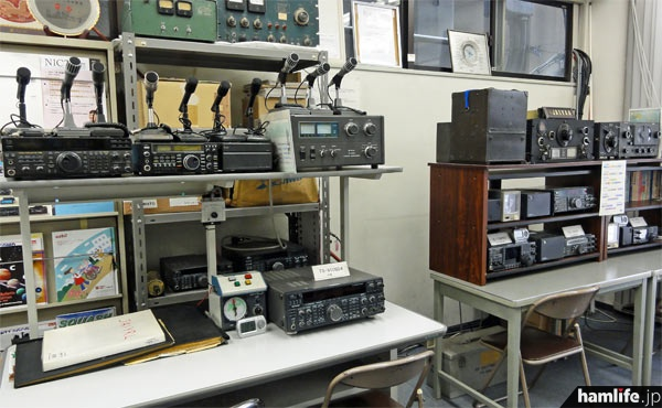 8J1TKの公開運用が行われる、JARL本部1階のシャック(常設されている機材のため、公開運用に使用する無線設備と異なる場合がある)