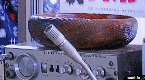 無線機の部分をクローズアップしたみたら、「TRIO TR-1000」とハッキリ読めた。外部アンテナは接続されていない。スタンドマイクは非純正品のようだがこれも未接続(NHK「あまちゃん」の映像から)