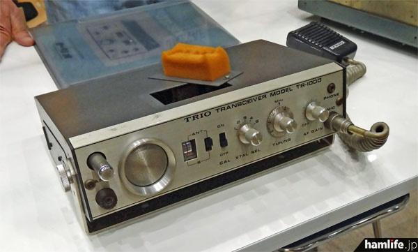 ハムフェア2013会場で「トリオ倶楽部」が展示していたTR-1000。上の画像と比較すると同じ機種であることがわかる。ちなみに同機種は単1乾電池を8本使用し、DC12Vの「プラス接地」という風変わりな機種だ。送信は水晶式で最大5chの運用ができる。