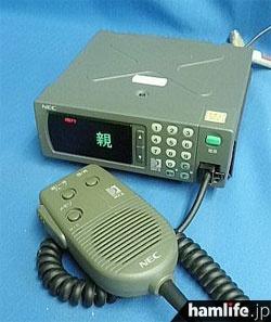 NECの1.5GHz帯デジタルMCA無線機、DC6E1B1-3Aの本体とマイク(過去のヤフオクに出品されていた画像より)