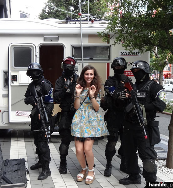 ダイヤモンド号に「自宅警備隊」が表敬訪問し、アキバらしいパフォーマンスを行ってくれた