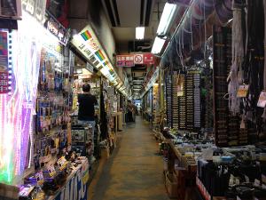 「秋葉原ラジオストアー」9店舗が営業していた当時、内部は狭い通路を挟んでショップが並ぶ。アマチュア無線家にとっては、これぞ秋葉原!といえる、昭和から続く歴史が漂う