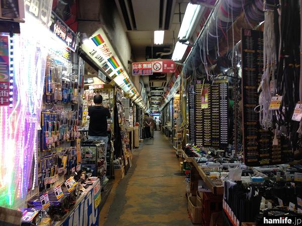 内部は狭い通路を挟んでショップが並ぶ。アマチュア無線家にとっては、これぞ秋葉原!といえる、昭和から続く歴史が漂う