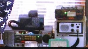 画面を拡大。左下の大型機は、ケンウッドの通信型受信機、R-2000。右上はアルインコのスイッチング式電源、DM-330MVと思われる(NHK「あまちゃん」の映像から)