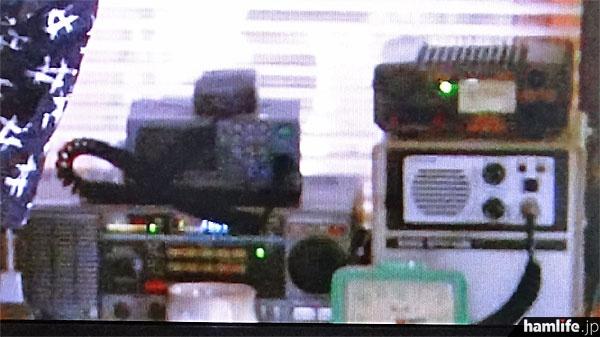 画面を拡大して明るさを補正。左下の大型機は、ケンウッドの通信型受信機、R-2000。右上はアルインコのスイッチング式電源、DM-330MVと思われる(NHK「あまちゃん」の映像から)