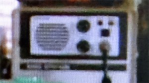 フロントスピーカーを搭載した謎の無線機のアップ(NHK「あまちゃん」映像より)