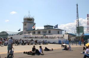 札幌丘珠空港(陸上自衛隊丘珠駐屯地)の管制塔=2008年9月撮影