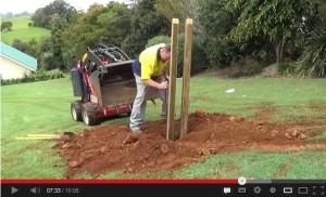掘った穴に木製のマストを設置