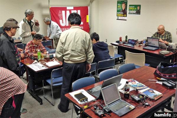 JARL宮城県支部の「初歩の無線教室・技術講習会」の会場風景。ジャンルごとにコーナーが設けられている=10月27日10時34分、仙台市若林区