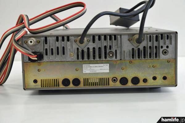 TS-790Sの背面。アンテナ端子が3つあること、コメットの430/1200MHz帯デュープレクサー・CF-412が付属していることから、1200MHz帯ユニット内蔵と推測される。漁船で使われていた無線機だろうか?(Yahoo!官公庁オークションより)