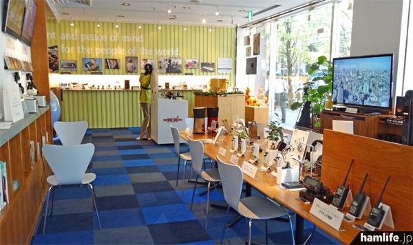 ショールームの内部。明るい雰囲気で同社製品をズラリと展示