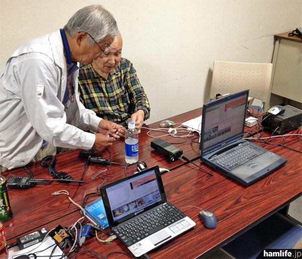 SSTVコーナー。パソコンと無線機の接続方法を説明=10月27日10時34分、仙台市若林区