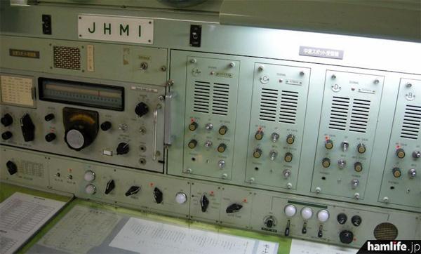 左側は全波スポット受信機(日本無線NRD-3D)、右は中波スポット受信機(461.5kHz、478kHz、500kHzなど)=2013年10月9日撮影