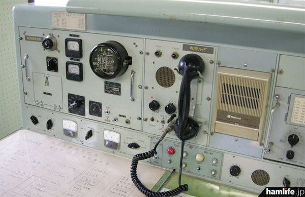 中央は「専用VHF」と書かれた受話器。左は中波の第2送信機(アンリツT-45C)=2013年10月9日撮影