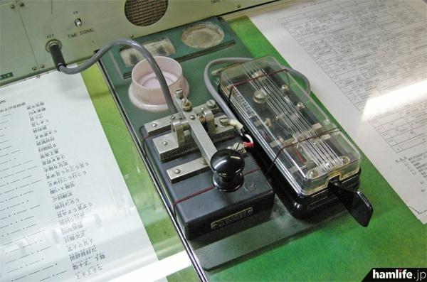 タモリが操作した、摩周丸の無線通信室にある電鍵=hamlife.jp 2013年10月9日撮影