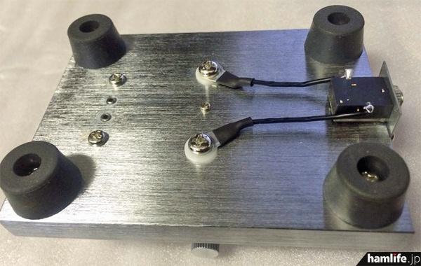 CW-ONE(プロトタイプ)の底面。ゴム足は4つで安定度向上。左打ち、右打ちの変更は2本のリード線をクロスさせネジを締める