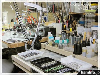 宮島氏のアトリエ風景。ここで電子部品を加工してNANONANOが誕生する(NANONANO公式Webサイトより)