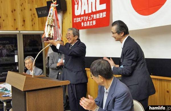 青森県支部が主催する「津軽海峡コンテスト」と「オール青森コンテスト」入賞者の表彰。トロフィーは津軽海峡コンテスト優勝者に授与