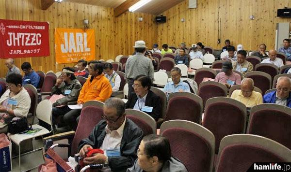 会場となった弘前市の「星と森のロマントピア 森林科学館」の視聴覚室には多数のアマチュア無線家が集合し満席状態。28日の前夜祭から参加した人も多かった