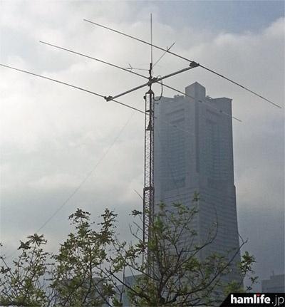 クランクアップタワーを使用した8N1SEAのアンテナ群。後方は70階建ての「横浜ランドマークタワー」=10月6日午後、横浜市中区