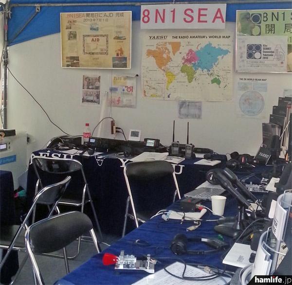 8N1SEAの無線機器は八重洲無線が協力。HFからV・UHF、C4FM FDMA方式のデジタル機も用意されている=10月6日午後、横浜市中区