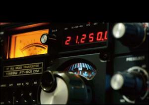 グレーのボディに、赤いデジタル表示と黄色のメーター照明が映えた