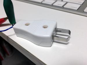 (8)フック止めを使い机などに固定する。これで、意外にしっかりしたパドルの完成!