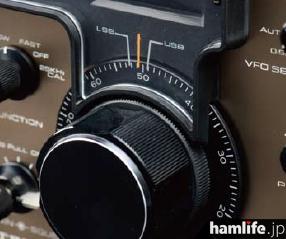R-599Sのメインダイヤル。1回転100kHz(減速比4:1)で回しやすい