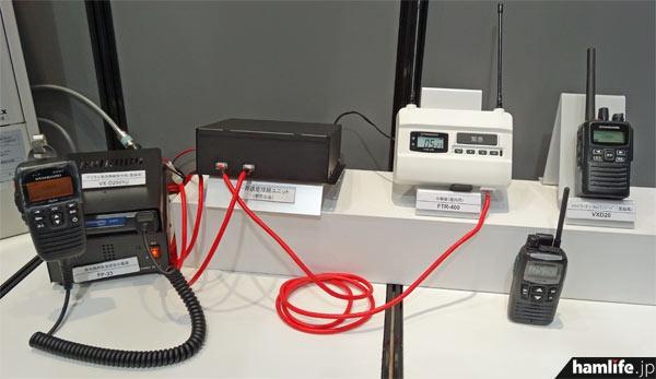 「近距離・中距離無線連動システム」のデモ。中央左にある黒い箱が「一斉通信接続ユニット」だ