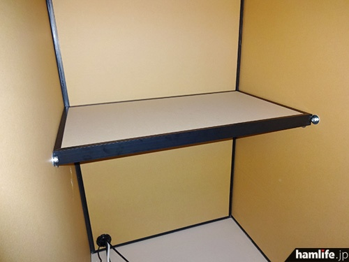 だんぼっちの内部。テーブルの耐荷重は15kg。HFの大型機は厳しそう(株式会社VIBEのWebサイトより)