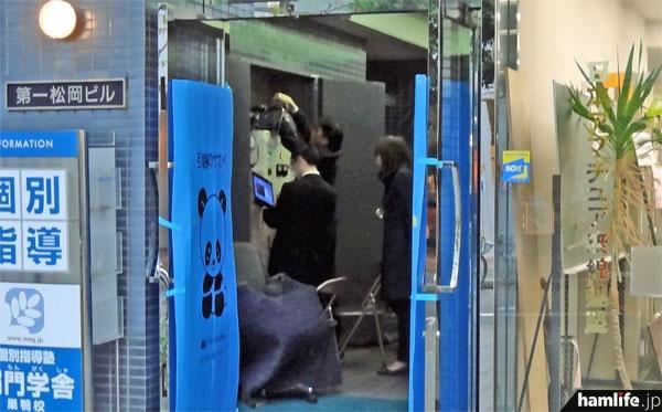 11月2日夕方、JARL旧事務所の1階配線スペースでは4名のスタッフが慌ただしく点検作業を行っていた。これが今回の障害と関係あるかは不明