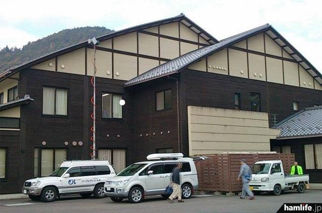 会場となった岐阜県加茂郡七宗町(19008F)の「木の国七宗コミュニティセンター」。会場前には「ケーブルテレビ可児」のFPU中継車も展示=11月17日午前