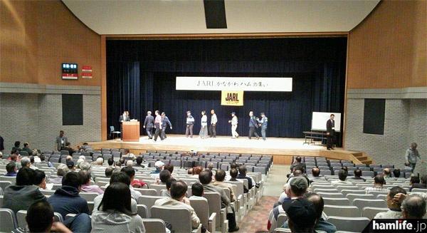 会場となった栄公会堂の講堂内。600席以上ある大きな施設だ=11月4日撮影
