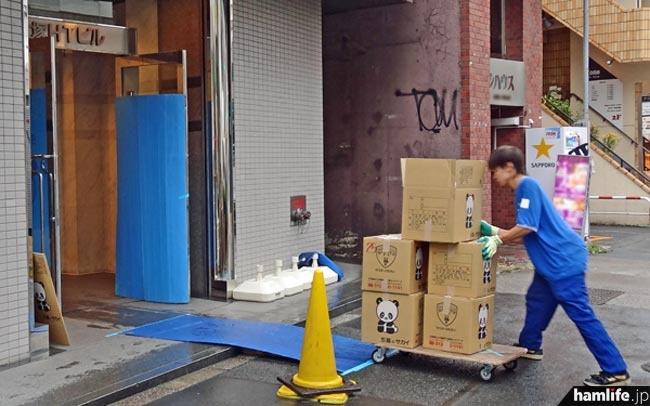 トラックから降ろされた荷物は、養生されたエントランスを経由してエレベーターホールへと運ばれていた=11月2日15時撮影